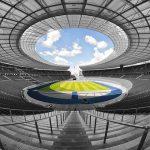 Budują stadiony w specjalnych kombinezonach